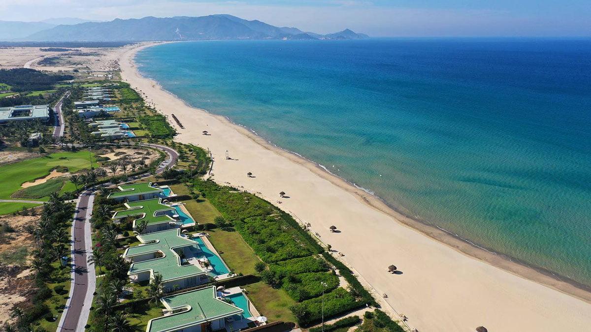 Bờ biển Quy Nhơn trải dài 72 km với những bãi tắm đẹp ở trung tâm và các vùng ngoại ô.