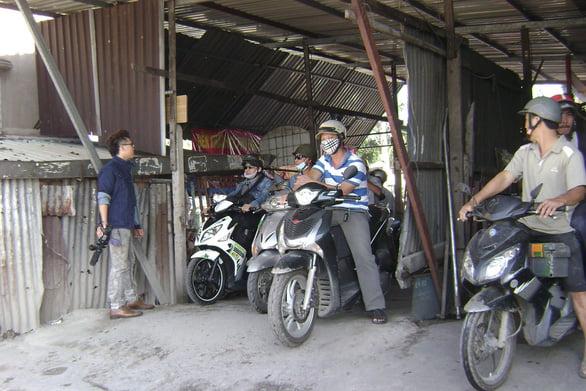 Người dân chờ đợi qua phà An Phú Đông